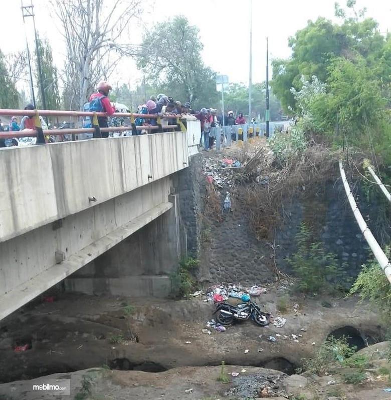 Foto pemotor jatuh ke jurang 10 meter