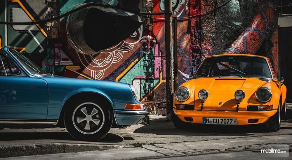 Gambar yang menunjukan dua mobil Porsche dalam pameran mobil Luftgekühlt