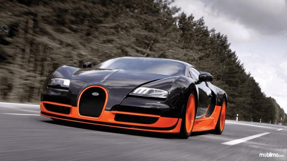 Gambar yang menunjukan mobil baru Bugatti Veyron melaju di jalan