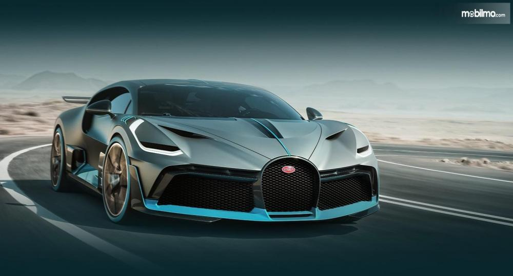 Gambar yang menunjukan Bugatti Divo yang melaju di jalan