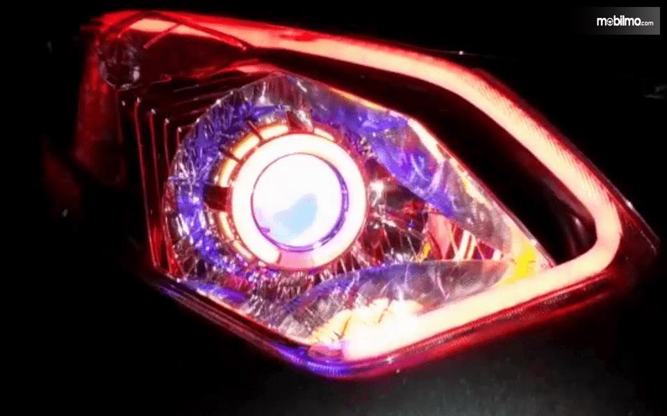 Gambar ini menunjukkan lampu Mobil dengan warna orange, ungu dan kuning