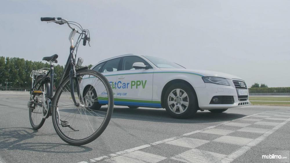 Gambar yang menunjukan mobil baru FitCar PPV Prototype 2 dengan sepeda