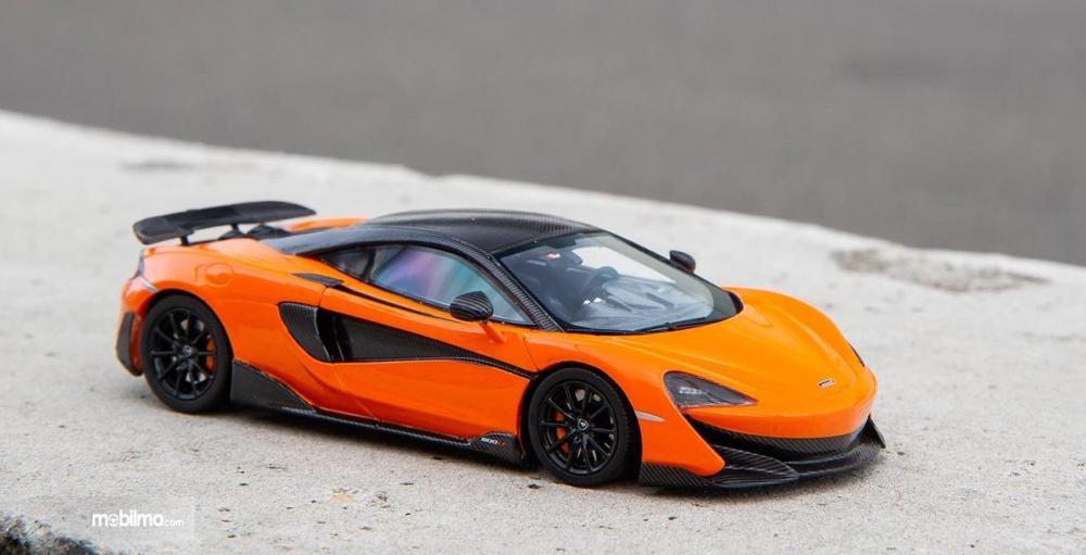 Gambar yang menunjukan diecasr McLaren 600LT berwarna kuning