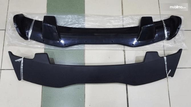 Gambar ini menunjukkan sebuah spoiler mobil 2 buah warna hitam