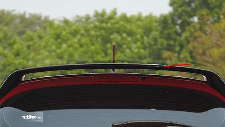 Gambar ini menunjukkan spioler pada mobil yang terletak di bagian atap belakang