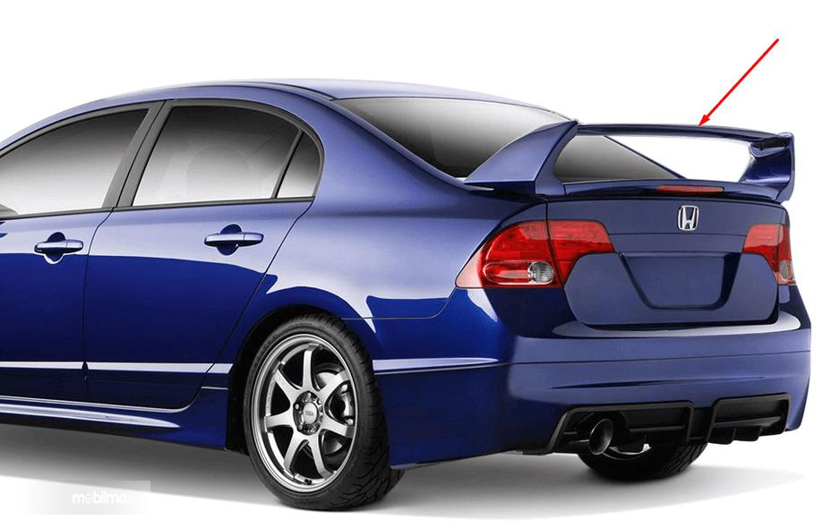 Gambar ini menunjukkan Mobil warna biru tampak belakang dan terdapat spoiler
