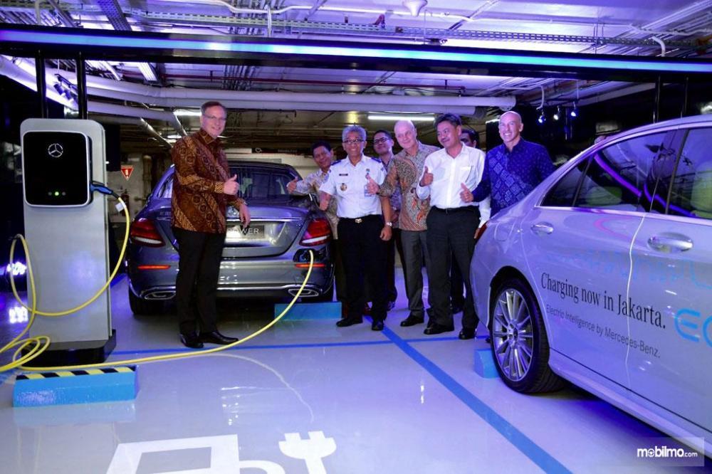 Para petinggi Mercedes-Benz Indonesia berpose bersama