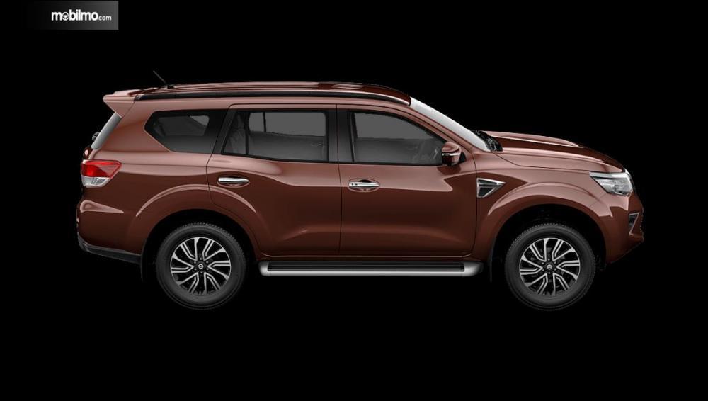 Tampak sebuah Nissan Terra warna coklat