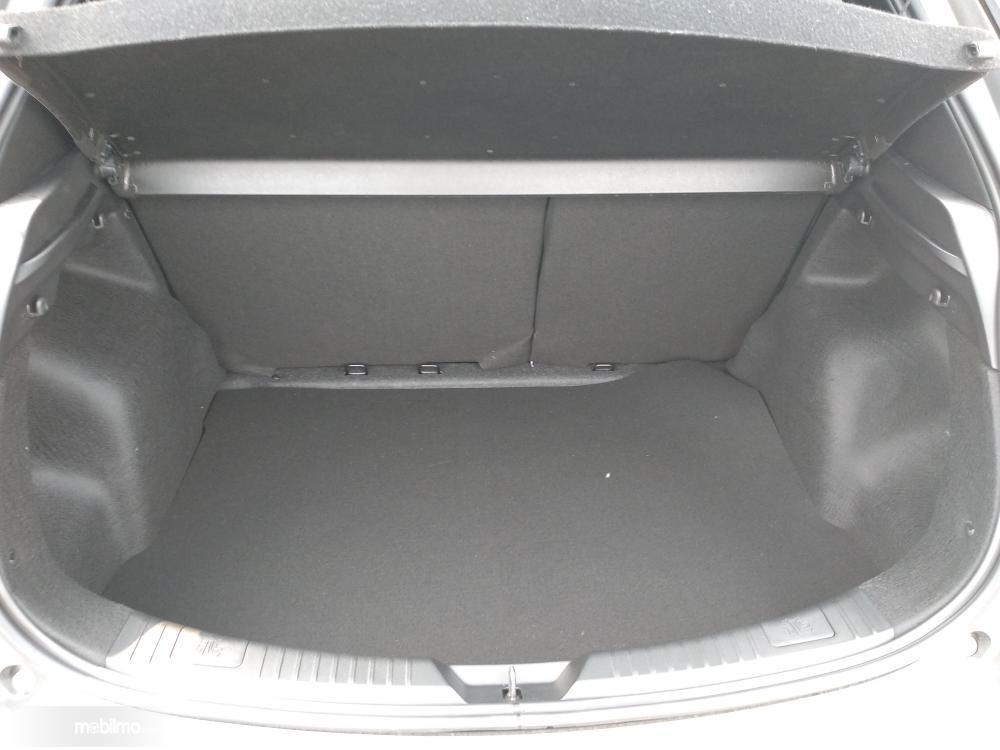 bagian bagasi Toyota Yaris E M/T 2018 berkapasitas 441 liter