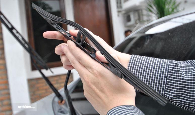 mengecek kondisi wiper apakah karet wiper masih lentur atau tidak
