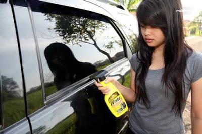 membersihkan karet jendela mobil menggunakan cairan pembersih karet