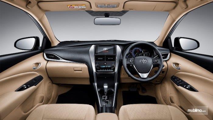 bagian dashboard Toyota Vios G CVT 2018 dengan kombinasi warna hitam dan beige serta dipadukan dengan lining silver