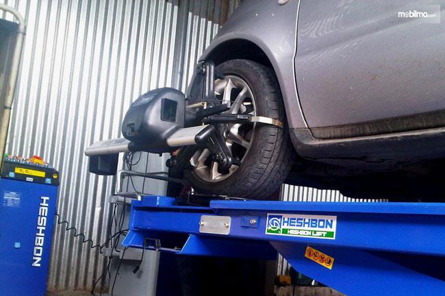 spooring dan balancing ban mobil agar ban mobil tetap stabil