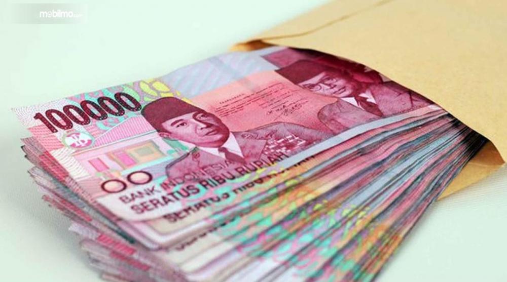 Foto setumpuk uang di amplop
