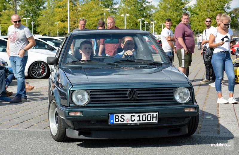 Gambar yang menunjukan salah satu mobil Golf GTI dalam GTI Coming Home