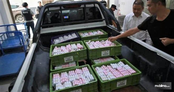 Foto Uang koin satu truk yang dibawa ke dealer untuk membayar mobil