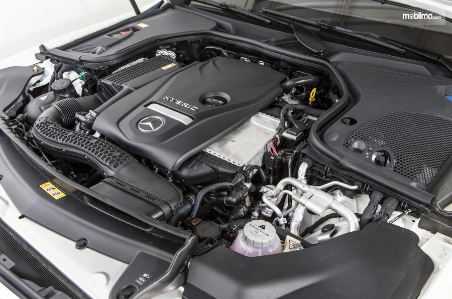 bagian mesin Mercedes-Benz E350 EQ 2018 berkapasitas 1.991 cc yang dilengkapi dengan motor listrik