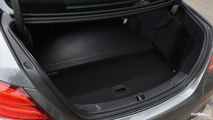 bagian bagasi Mercedes-Benz E350 EQ 2018 berkapasitas 400 liter