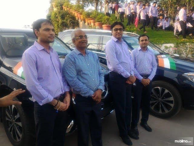 Foto 3 karyawan yang mendapat hadiah gratis mobil Mercedes Benz