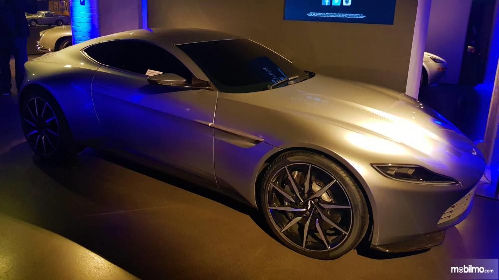 Gambar yang menunjukan mobil lawas Aston Martin DB10
