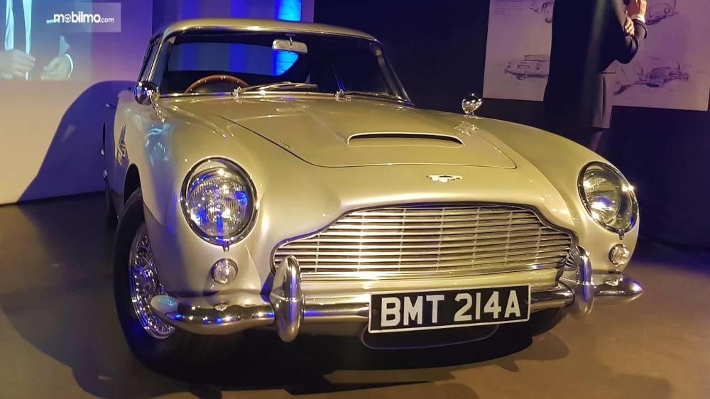 Gambar yang menunjukan mobil lawas Aston Martin DB5