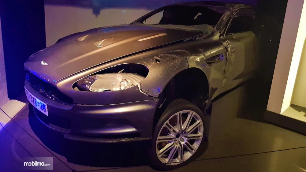 Gambar yang menunjukan mobil lawas Aston Martin DBS lawas