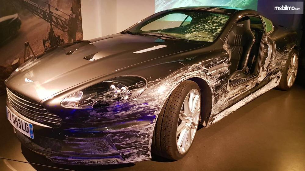 Gambar yang menunjukan mobil lawas Aston Martin DBS