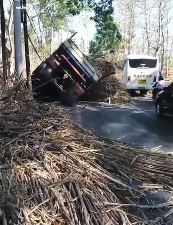 Foto truk kecelakaan muatan berhamburan