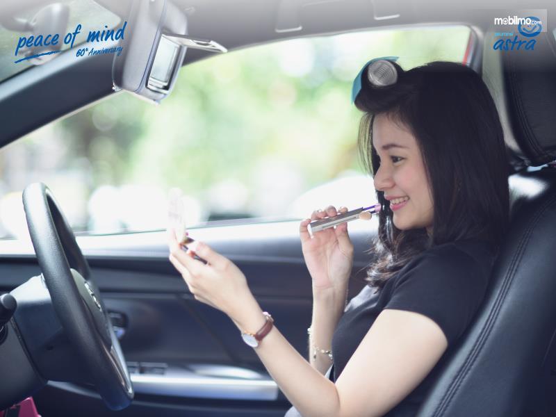 Foto wanita Dandan di mobil