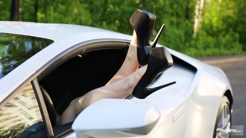 Foto kaki memakai high heels