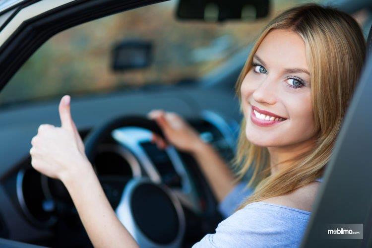 Foto wanita tersenyum dalam mobil