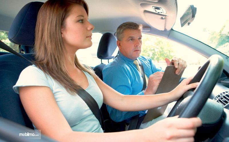 Foto seorang cewek sedang belajar mengemudi