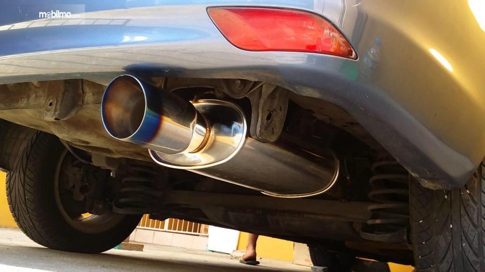 Foto mobil dengan knalpot aftermarket