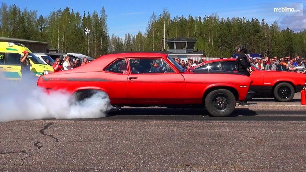 Foto mobil lawas di sebuah balapan drag