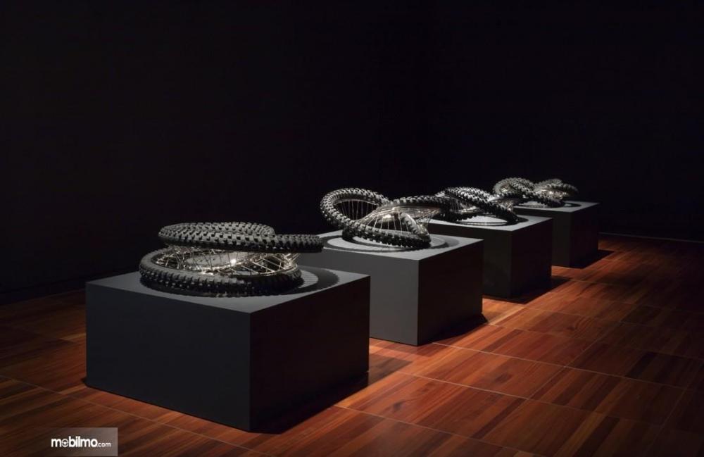 Gambar yang menunjukan karya seni seri Twisted Tires