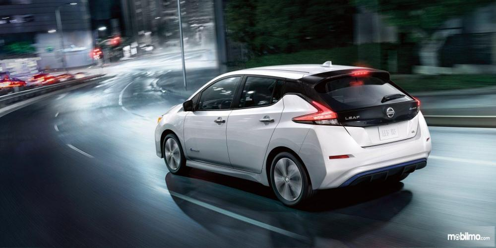 gambar menunjukan sebuah mobil Nissan Leaf 2019 berwarna putih