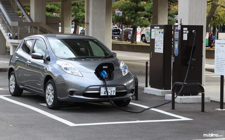 Tampak sebuah Nissan Leaf sedang di charge