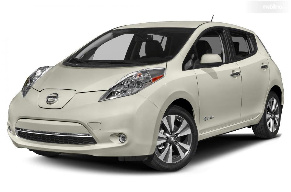 Tampak sebuah Nissan Leaf generasi pertama