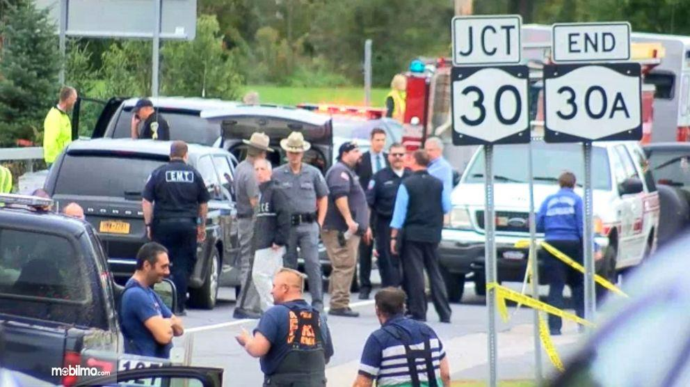 Gambar yang menunjukan polisi yang mengamankan lokasi kecelakaan