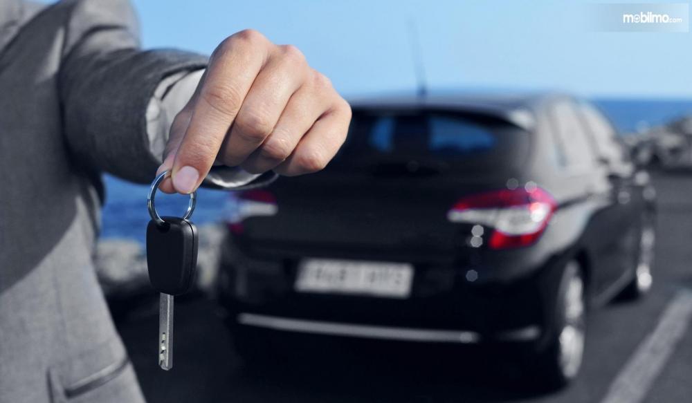 Foto penyerahan kunci rental mobil