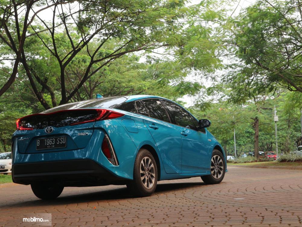 Tampak belakang mobil Toyota All New Prius PHV 2019 berwarna biru sedang difoto