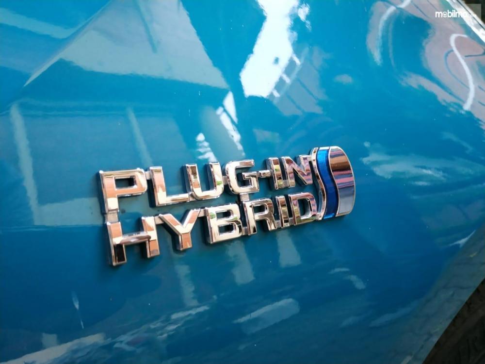 Gambar sisi belakang dengan tulisan Plug In Hybrid