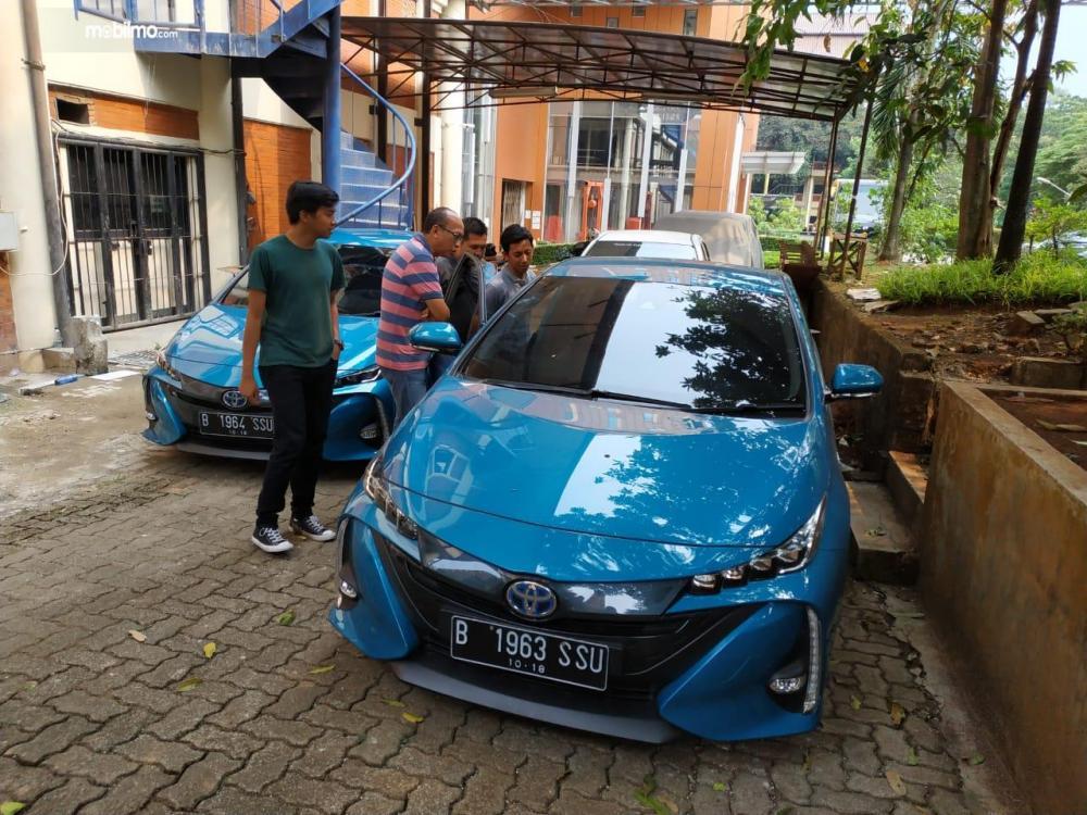 Tim Mobilmo.com sedang lihat sisi interior mobil Toyota Prius PHV 2019