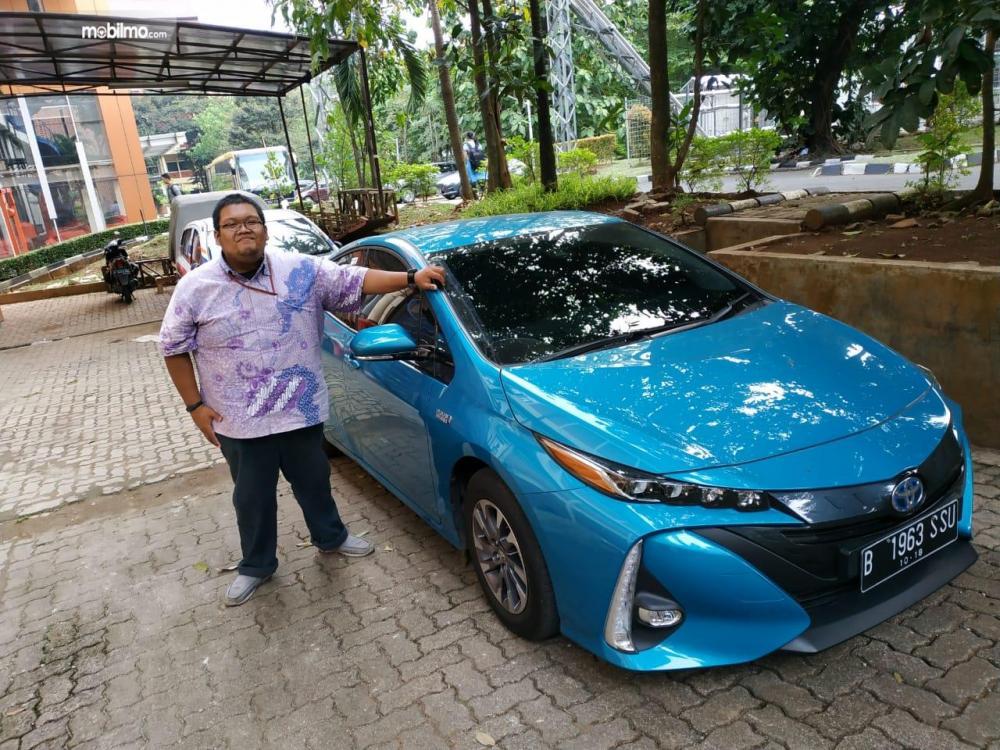 Tampak tester Mobilmo.com berfoto dengan Toyota All New Prius PHV 2019