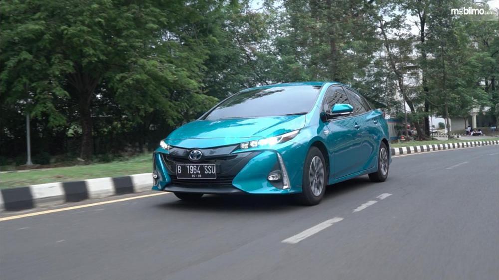 Tampak Toyota All New Prius PHV 2019 sedang melaju kencang