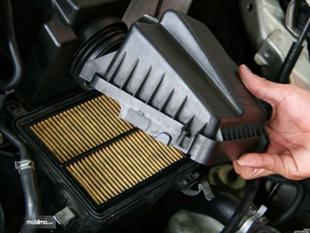 Foto filter udara pada mesin mobil