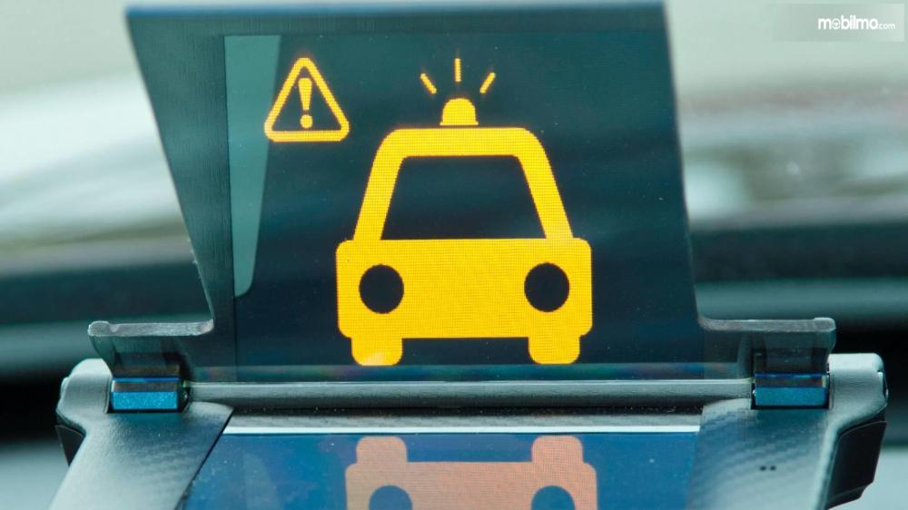 Gambar yang menunjukan peringatan sistem Smart Intersection pada mobil Honda