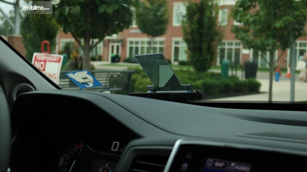 Gambar yang menunjukan dasbor mobil Honda dengan Smart Intersection