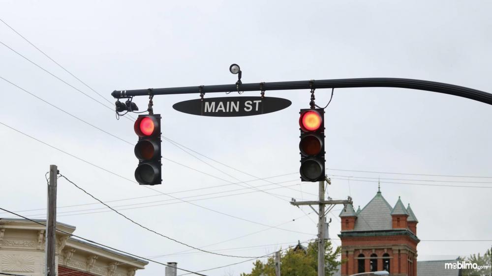 Gambar yang menunjukan kamera pada lampu lalu lintas pada teknologi Smart Intersection