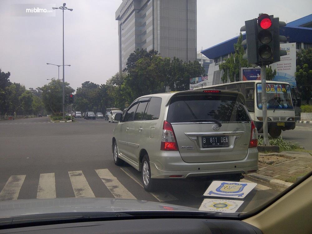Sebuah mobil berhenti di zebra cross